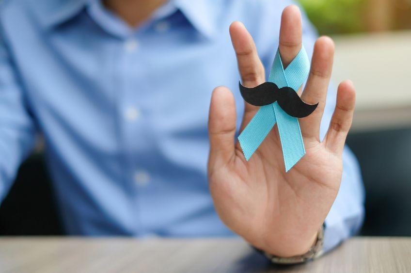 روبان-آبی-کمرنگ-علامت-سرطان-پروستات-دور-انگشت-یک-مرد