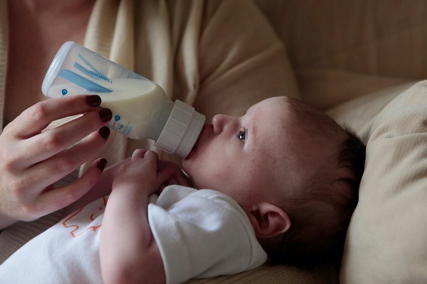 مادری-با-شیشه-به-نوزادش-شیر-میدهد